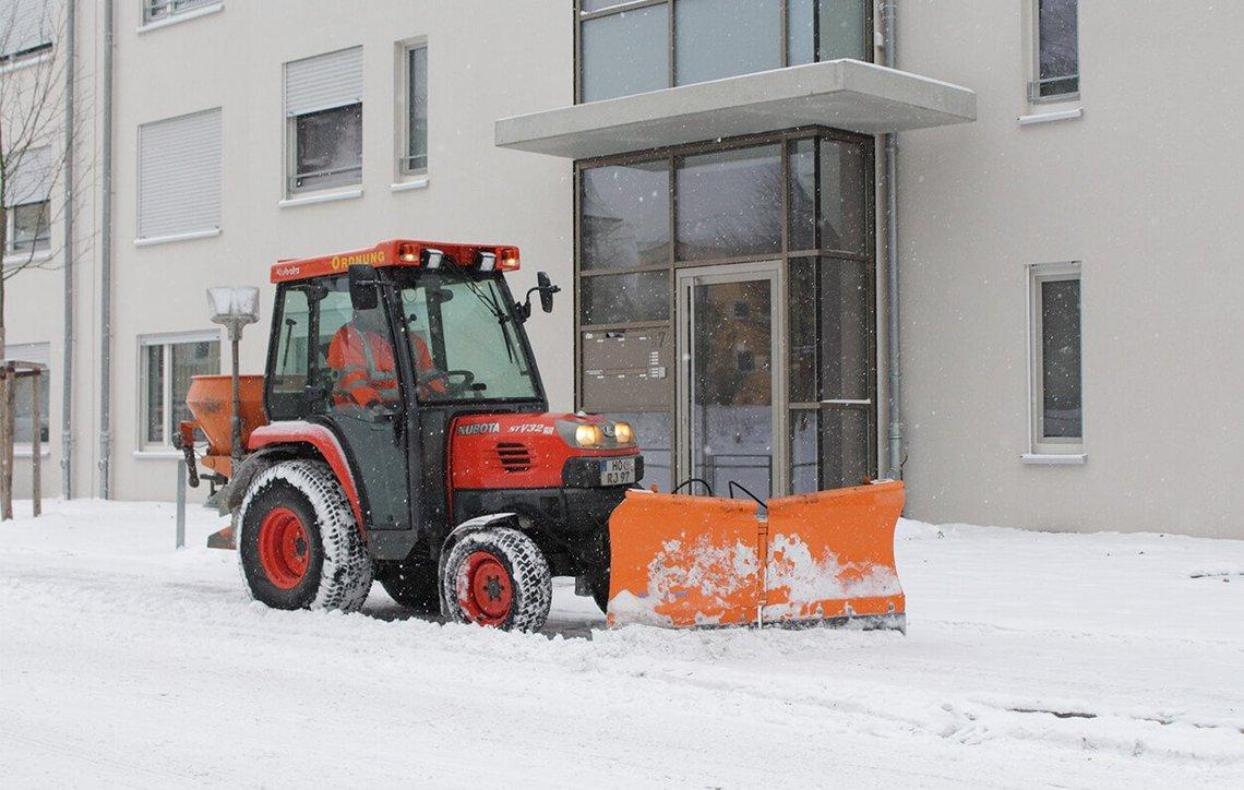 Bild eines Schneepfluges beim Räumen