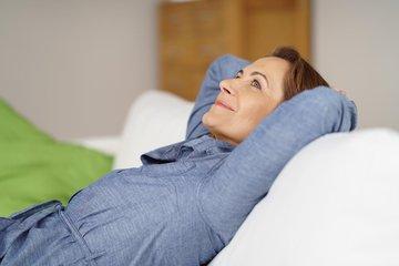 Bild einer Alleinstehenden auf der Couch