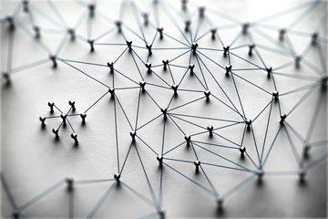 Bild von Stecknadeln als Netzwerk verbunden