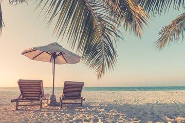 Bild mit Liegestühlen am Strand