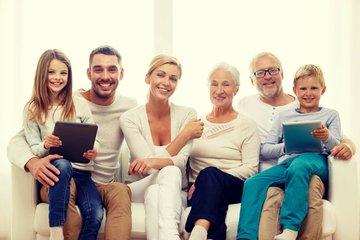Bild einer Familie mit zwei Generationen auf dem Sofa