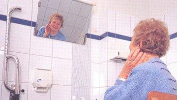 Bild einer alten Dame vor dem Spiegel