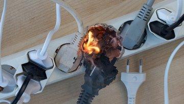 Bild von einer in Flammen stehenden Mehrfachsteckdose