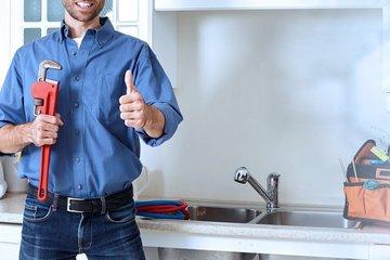 Bild eines Installateurs an einer Küchenspüle