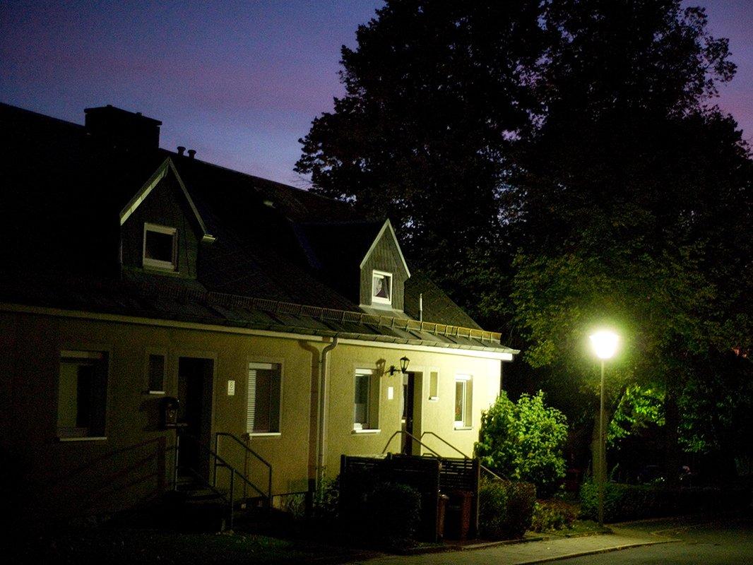 Bild der Johann-Weiß-Straße bei Nacht