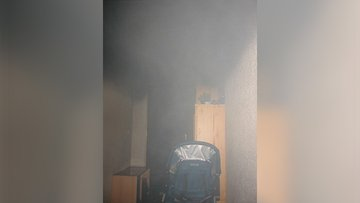 Bild von Gegenständen, die das Treppenhaus versperren